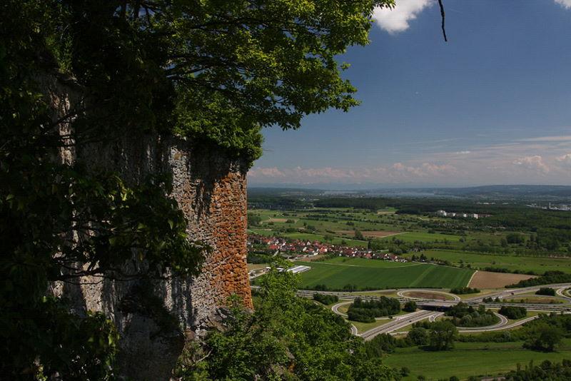Burgruine mit Blick auf Hegau