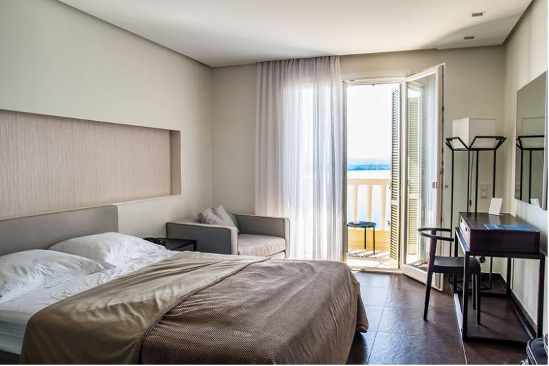 Hotelzimmer mit Balkon und einem Bett