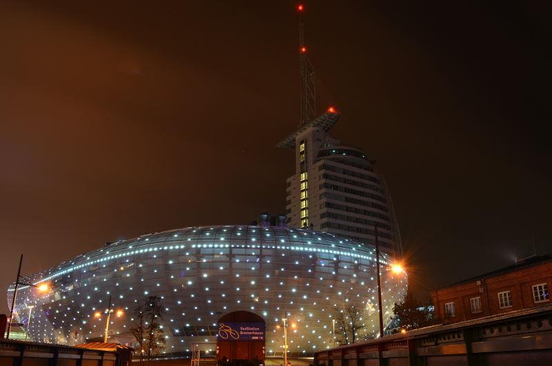 Das Klimahaus Bremerhaven 8° Ost bei Nacht.