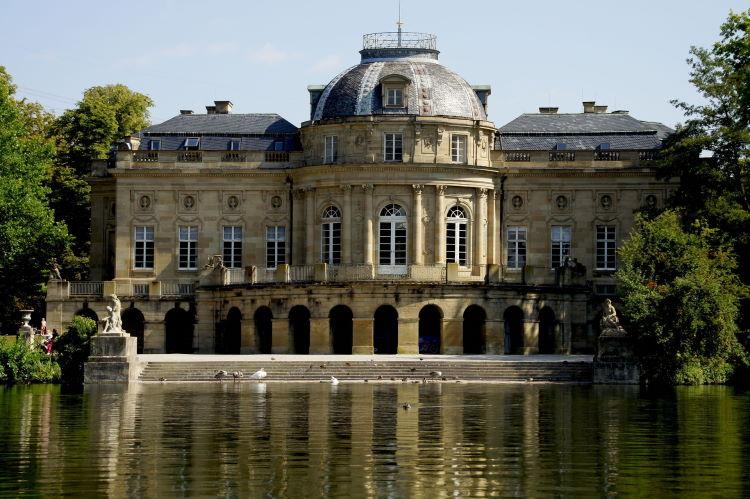 Imposantes Zeugnis blühender Barock-Kunst: See-Schloss Monrepos zwischen Residenzschloss und Lustschloss Favorite